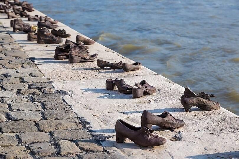 Памятник на берегу Дуная